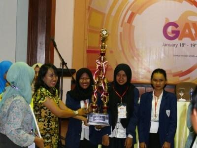 Pemberian Penghargaan Kepada Juara Kedua Lomba Akuntansi GAAAC 2017