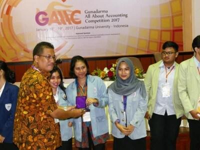 Pemberian Penghargaan Kepada Juara Ketiga Lomba Akuntansi GAAAC 2017